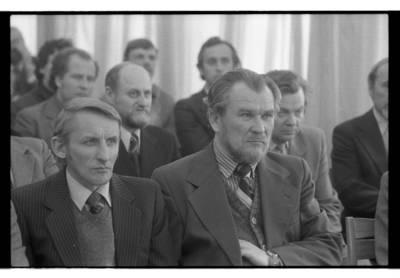 [Lietuvos rašytojų sąjungos Klaipėdos skyriaus nariai kairėje Petras Dirgėla ir Romas Sadauskas 1985 m. balandžio mėn.] / Bernardas Aleknavičius. - 1985