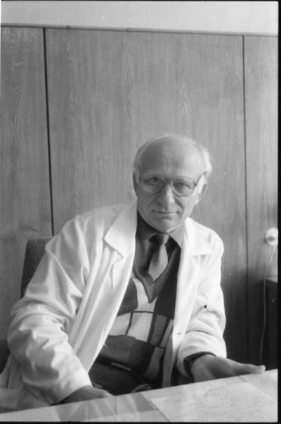 [Palangos reabilitacinės ligoninės gydytojas Romualdas Mikelskas 1992 m.] / Bernardas Aleknavičius. - 1992