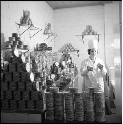[Klaipėdos žuvies konservų fabriko darbuotoja ir fabriko produkcija] / Bernardas Aleknavičius. - 1974