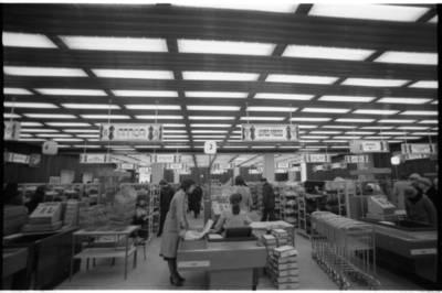 """[Parduotuvės """"Saturnas"""" antrojo aukšto prekybinė salė] / Bernardas Aleknavičius. - 1980"""