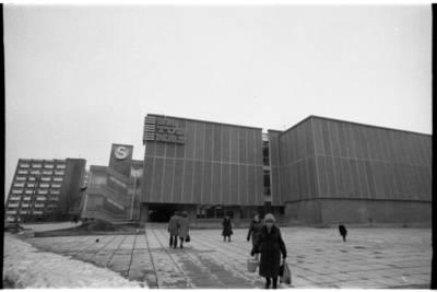 """[Parduotuvės """"Saturnas"""" pastatas] / Bernardas Aleknavičius. - 1980"""