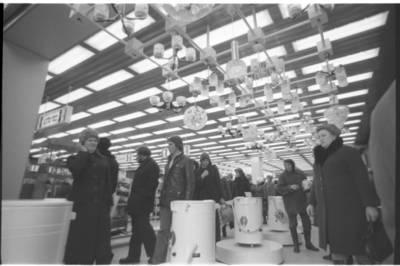 """[Parduotuvės """"Saturnas"""" trečiajame aukšte] / Bernardas Aleknavičius. - 1980"""