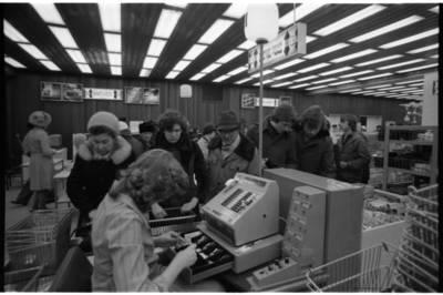 """[Kasininkė, aptarnaujanti pirkėjus parduotuvėje """"Saturnas""""] / Bernardas Aleknavičius. - 1980"""