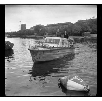 """[Klaipėdos Hidrometeorologijos observatorijos laivas """"Aušra"""" Danės upėje] / Bernardas Aleknavičius. - 1968"""