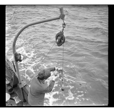 [Klaipėdos Hidrometeorologijos observatorijos laivo darbuotojai matuoja vandens temperatūrą Baltijos jūroje] / Bernardas Aleknavičius. - 1968