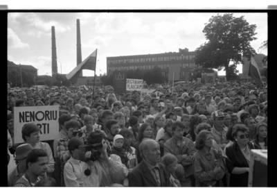 [Ekologinis mitingas prie Klaipėdos celiuliozės ir popieriaus kombinato, 1988 m.] / Bernardas Aleknavičius. - 1988.VIII.04