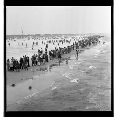"""[Dalyviai renkasi į akciją Smiltynės paplūdimyje. Ekologinė-politinė akcija """"Apjuoskime Baltiją rankomis"""", 1988 m.] / Bernardas Aleknavičius. - 1988.IX.03"""