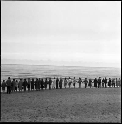 """[Žmonės, susikabinę rankomis, apjuosė Baltiją. Ekologinė-politinė akcija """"Apjuoskime Baltiją rankomis"""", 1988 m.] / Bernardas Aleknavičius. - 1988.IX.03"""