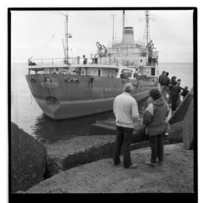 """[Nuskendęs laivas """"Rudolf Breitscheid"""" prie šiaurinio molo. Akcija """"Apjuoskime Baltiją rankomis"""", 1988 m.] / Bernardas Aleknavičius. - 1988.IX.03"""