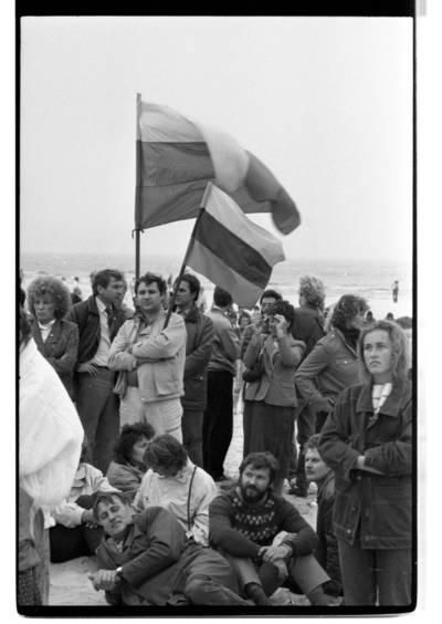 """[Mitingas Šventosios paplūdimyje. Ekologinė-politinė akcija """"Apjuoskime Baltiją rankomis"""", 1988 m.] / Bernardas Aleknavičius. - 1988.IX.03"""