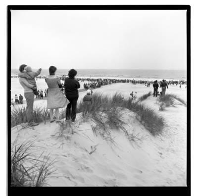 """[Susikabinimo rankomis momentas Šventosios paplūdimyje. Ekologinė-politinė akcija """"Apjuoskime Baltiją rankomis"""", 1988 m.] / Bernardas Aleknavičius. - 1988.IX.03"""