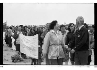 """[Armėnų tautinė bendruomenė prie Palangos tilto ekologinės-politinė akcijos """"Apjuoskime Baltiją rankomis"""" metu, 1988 m.] / Bernardas Aleknavičius. - 1988.IX.03"""