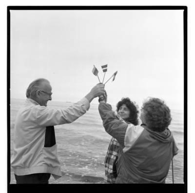 """[Dalyviai su trijų Baltijos respublikų tautinėmis vėliavėlėmis. Ekologinė-politinė akcija """"Apjuoskime Baltiją rankomis"""", 1988 m.] / Bernardas Aleknavičius. - 1988"""