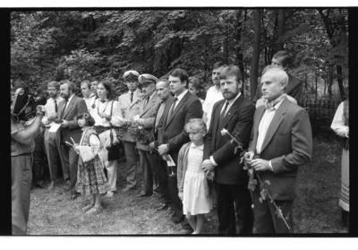 [Iškilmių svečiai. Pirmojo Lietuvos jūrų kapitono Liudviko Stulpino paminklo atidengimas Kopgalio kapinaitėse 1990 m.] / Bernardas Aleknavičius. - 1990