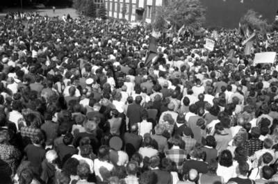 [Mitinguojantys žmonės prie Klaipėdos celiuliozės ir popieriaus kombinato, 1988] / Bernardas Aleknavičius. - 1988.VIII