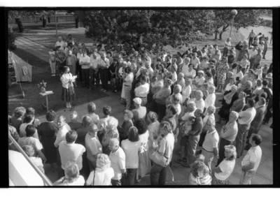 [Piketas prieš naftos terminalo statybą Melnragėje. Klaipėdos Danės upės skveras 1991 m.] / Bernardas Aleknavičius. - 1991.VIII.12