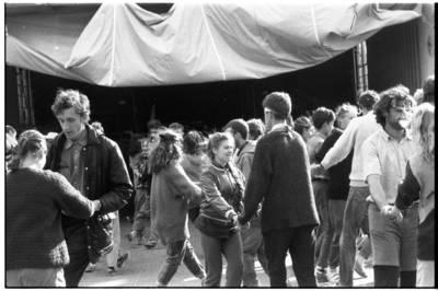 """[Žygio dalyvių šventė kelte """"Žalgiris"""". Žaliųjų judėjimo taikos žygis Vilnius-Klaipėda, 1989 m.] / Bernardas Aleknavičius. - 1989.VII.16"""