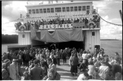"""[Žygio dalyviai kelte """"Žalgiris"""". Žaliųjų judėjimo taikos žygis Vilnius-Klaipėda, 1989 m.] / Bernardas Aleknavičius. - 1989.VII.16"""
