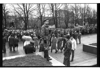 [Eisena Danės gatvėje. Prorusiškų organizacijų organizuota demonstracija Spalio revoliucijai paminėti] / Bernardas Aleknavičius. - 1990