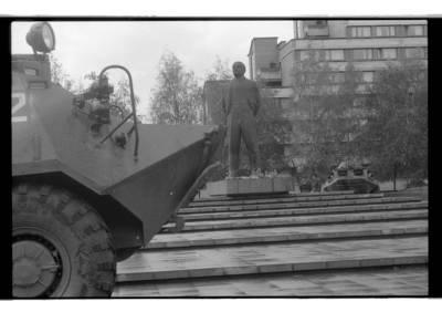[Lenino paminklas Klaipėdoje apsuptas šarvuočių] / Bernardas Aleknavičius. - 1990