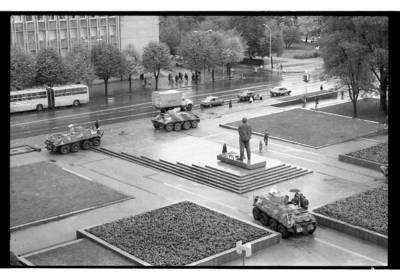 """[Iš """"Klaipėdos"""" viešbučio fotografuotas Lenino aikštės su šarvuočiais vaizdas] / Bernardas Aleknavičius. - 1990"""