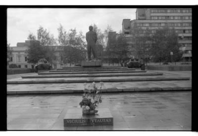 [Vytauto Vičiulio atminimo plokštė Lenino paminklo ir šarvuočių fone Klaipėdoje] / Bernardas Aleknavičius. - 1990