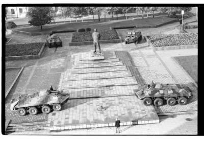 [Iš Klaipėdos muzikinio teatro fotografuotas Lenino aikštės su šarvuočiais vaizdas Klaipėdoje] / Bernardas Aleknavičius. - 1990