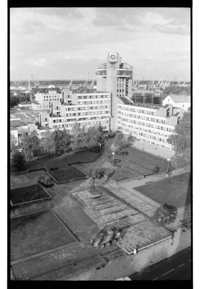 [Iš Klaipėdos muzikinio teatro bokšto fotografuotas Lenino aikštės su šarvuočiais vaizdas] / Bernardas Aleknavičius. - 1990
