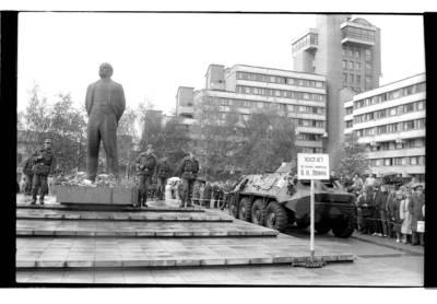 [Sovietų armijos kariai ir šarvuočiai, saugantys Lenino paminklą. Prorusiškų organizacijų sukviestas mitingas] / Bernardas Aleknavičius. - 1990
