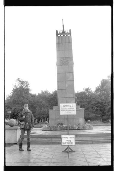 """[Sovietų armijos kariai saugo """"Pergalės"""" paminklą Klaipėdoje] / Bernardas Aleknavičius. - 1990"""
