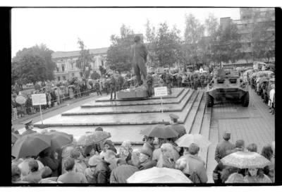 """[""""Lenino"""" paminklo Klaipėdoje gynimo mitingas, sukviestas prorusiškų organizacijų] / Bernardas Aleknavičius. - 1990"""