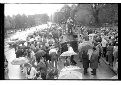 """[Mitingas prie """"Lenino"""" paminklo Klaipėdoje] / Bernardas Aleknavičius. - 1990"""
