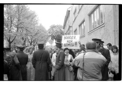 """[""""Lenino"""" ir """"Pergalės"""" paminklų išsaugojimui skirtas mitingas prie Klaipėdos Tarybos pastato Liepų gatvėje] / Bernardas Aleknavičius. - 1990"""