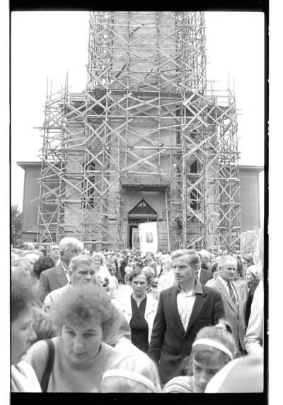 [Klaipėdos Marijos Taikos Karalienės bažnyčios kiemas su atstatomu didžiuoju bokštu] / Bernardas Aleknavičius. - 1990
