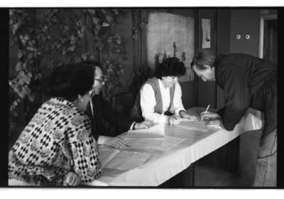 """[""""Baltijos"""" laivų statyklos 19-ojo cecho meistras Algimantas Čeponis pasirašo rinkėjų sąraše. Prorusiškų organizacijų organizuotas referendumas dėl Lietuvos pasilikimo Sovietų sąjungos sudėtyje] / Bernardas Aleknavičius. - 1991"""