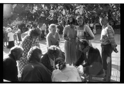 [Klaipėdos Danės skvere renkami parašai prieš Naftos terminalo statybas Melnragėje] / Bernardas Aleknavičius. - 1992