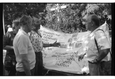 [Diskusija prie plakato Danės skvere protestuojant prieš Naftos terminalo statybas Melnragėje] / Bernardas Aleknavičius. - 1992