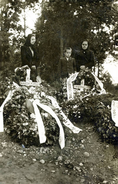 Nežinomas fotografas. Rainių kankinių Boleslovo Korzos ir Vaclovo Pabarčiaus kapas Telšių kapinėse. 1941-07-30