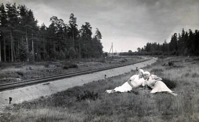 Nežinomas fotografas. Stefanija Drungilaitė ir Vainorienė prie Darbėnų geležinkelio. 1937