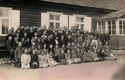 Nežinomas fotografas. Kartenos pradžios mokyklos mokiniai su kunigu J. Šukiu, vedėju A. Dibisteriu, mokytojomis T. Urbaite ir V. Jesinevičiene. 1934
