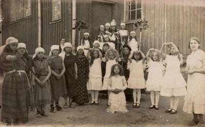 """Nežinomas fotografas. Kartenos pradžios mokyklos saviveiklininkės po spektaklio """"Patricija"""" prie bažnyčios. 1934"""