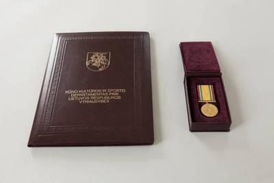 Donatas Stankevičius. Medalis, skirtas Limai Koženkovai, ir jo sertifikatas dėkluose. 2016