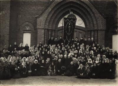 M. Gudzevičius. Vilkijos tretininkai prie bažnyčios 1934 m. 1934