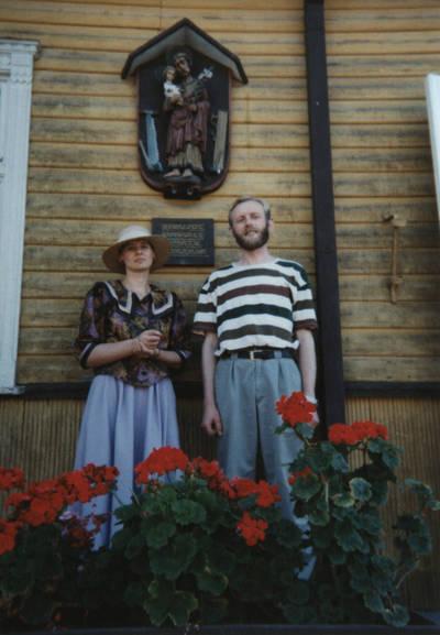 Nežinomas asmuo. Dalia ir Zigmas Kalesinskai prie pačių įkurtos liaudies amatų mokyklos Vilkijoje pastato sienos. 1995-08