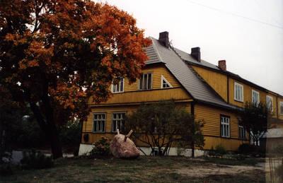 Zigmas Kalesinskas. D. ir Z. Kalesinskų liaudies amatų mokyklos fasadas iš kiemo pusės. 2002