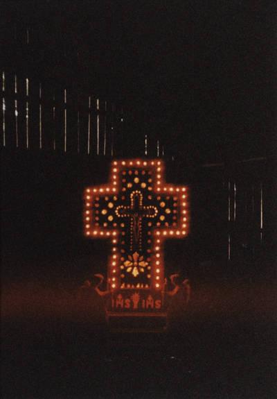 Nežinomas asmuo. Šviečiantis kryžius. D. ir Z. Kalesinskų liaudies amatų mokyklos ekspedicija Grivančių kaime Šimkevičių šeimoje. 1995-06-12