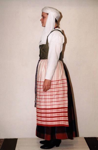 Arūnas Zalanskas. D. ir Z. Kalesinskų liaudies amatų mokykloje sukurtas Mažosios Lietuvos jaunamartės tautinis kostiumas. 1996