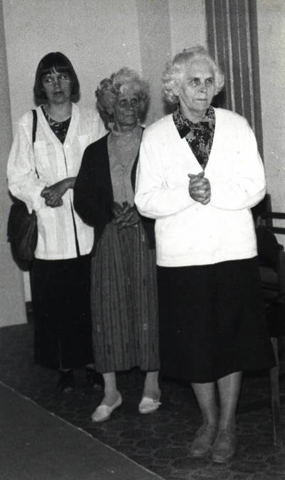 Arūnas Zalanskas. Kazimiera Galaunienė D. ir Z. Kalesinskų liaudies amatų mokyklos diplominių darbų gynime. 1994-06-15