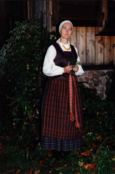 Arūnas Zalanskas. Dzūkės tautinis kostiumas. D. ir Z. Kalesinskų liaudies amatų mokyklos tekstilės studentės Eglės Valašinaitės diplominis darbas. 1994-06-15