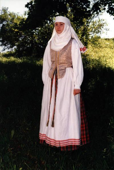 Arūnas Zalanskas. Aukštaitės (biržietės) moters tautinis kostiumas. D. ir Z. Kalesinskų liaudies amatų mokyklos tekstilės studentė Rita Ratkevičiūtė ir jos diplominis darbas. 1994-06-15